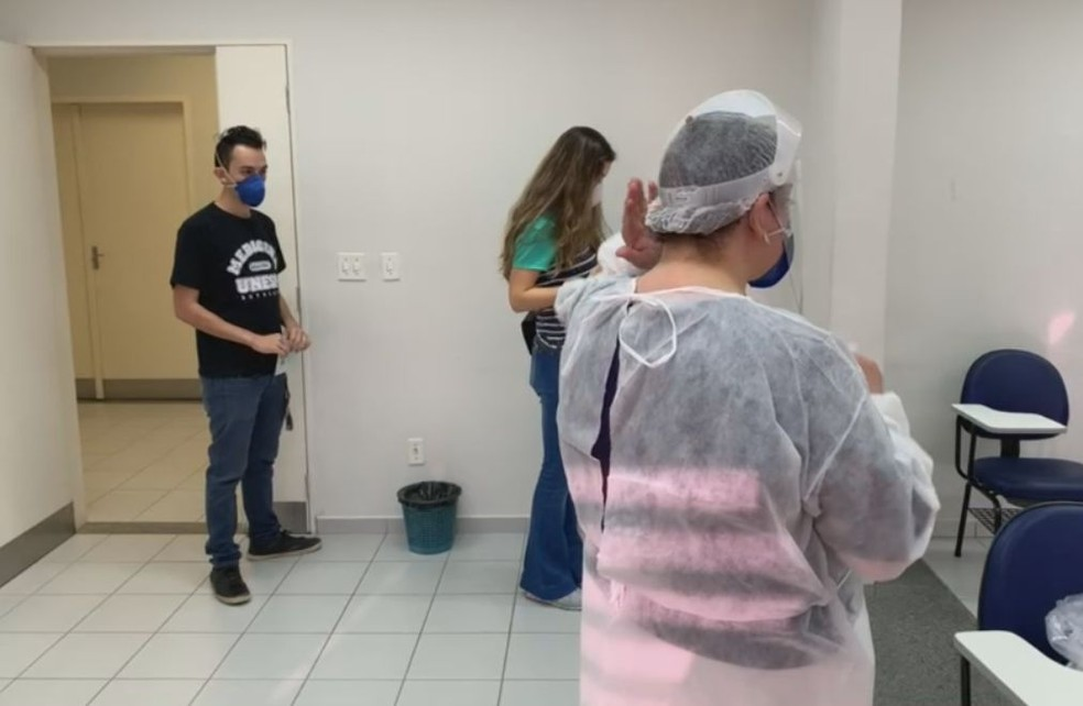 Vacinação é realizada na central de salas no campus da Unesp em Botucatu  — Foto: TV TEM/Reprodução