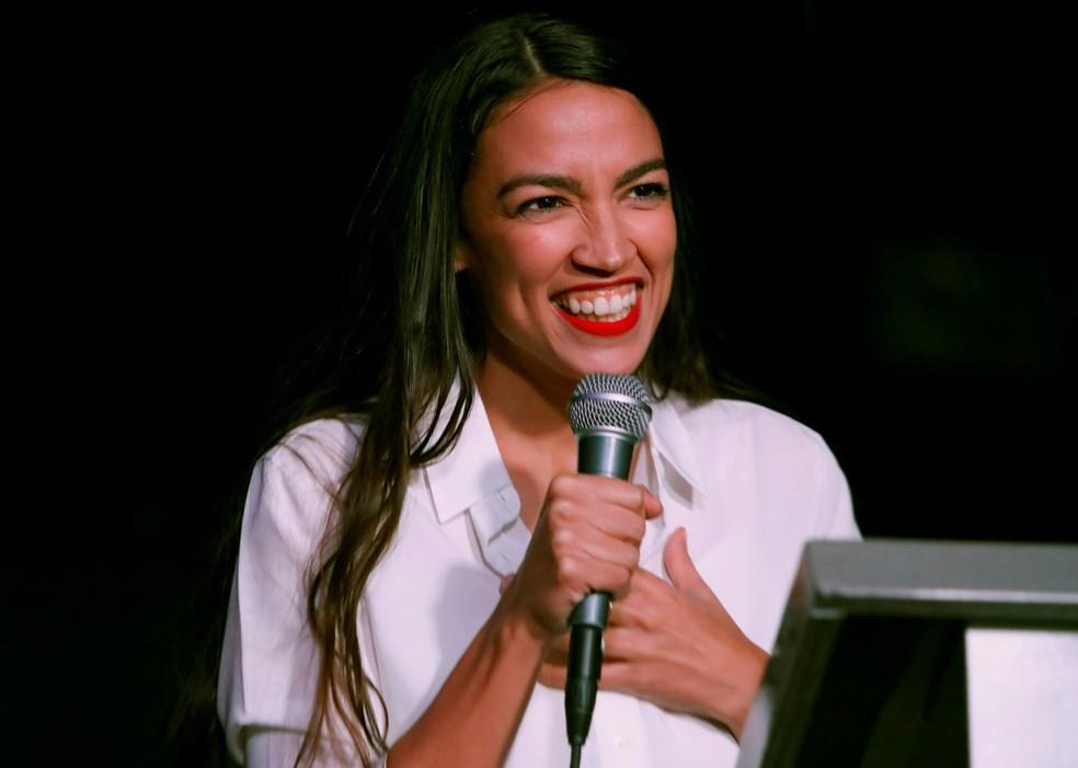 Alexandria Ocasio-Cortez discursa em NY após resultado das eleições nos EUA — Foto: Andrew Kelly/Reuters
