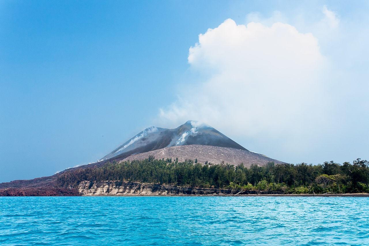 O vulcão Anak Krakatoa é o principal suspeito do tsunami que atingiu a Indonésia. (Foto: Wikicommons)
