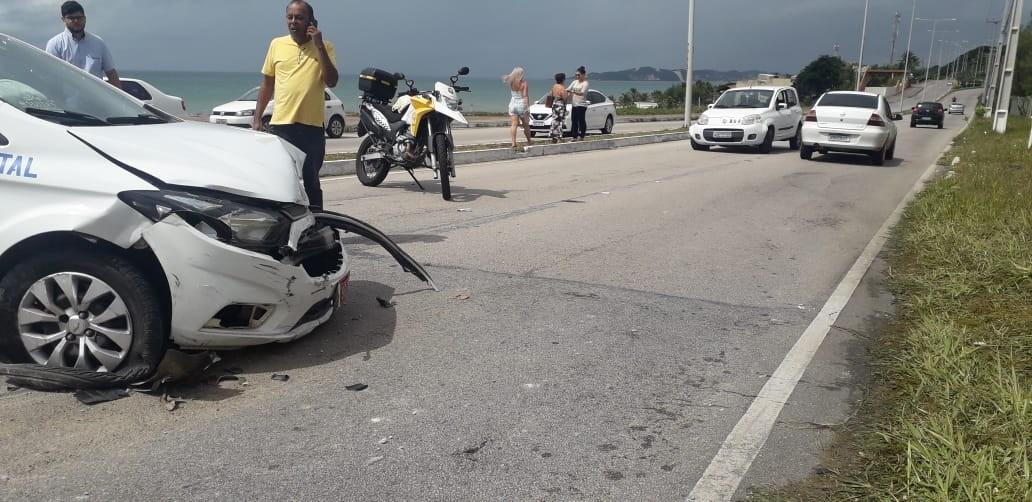 Taxista perde controle e bate em outro carro na Via Costeira em Natal  - Notícias - Plantão Diário