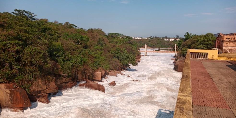 Imagem mostra o Rio Tietê em Salto com espuma — Foto: Éder Leandro/Arquivo pessoal