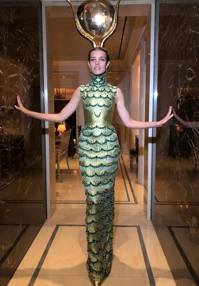 Natalia Vodianova de Dior alta-costura, pronta para o dia das bruxas (Foto: Instagram Natalia Vodianova/ Reprodução)