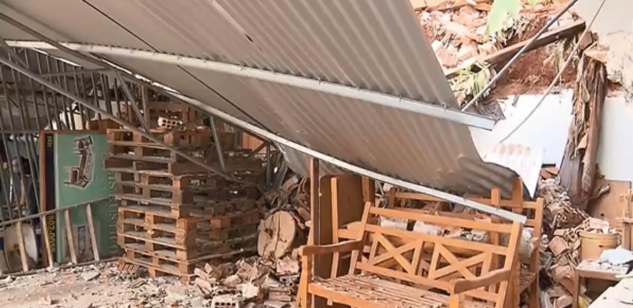 Três barracões desabam no Centro de Londrina e atingem duas empresas