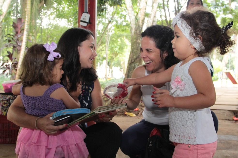 Criança troca presentes por livros para doar (Foto: Arquivo Pessoal/Francisca Del Duca)