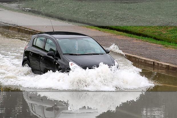 Carro atravessando área de enchente (Foto: Lovro Rumiha)