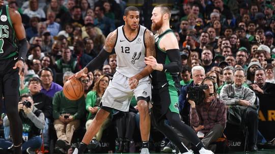 LaMarcus Aldridge faz jogo de 48 pontos, e San Antonio Spurs vence os Celtics em Boston