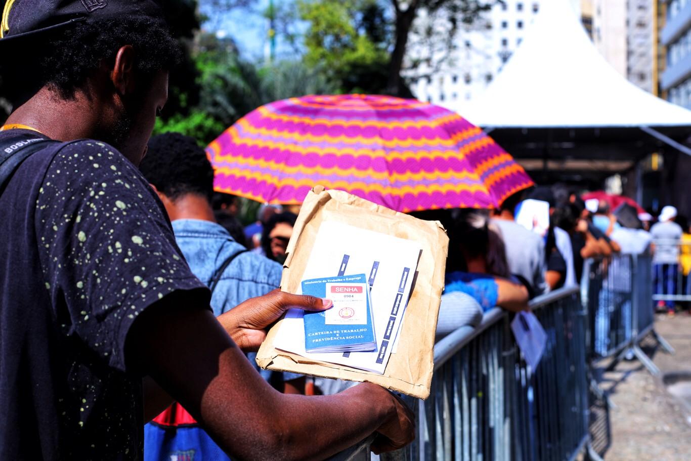 Candidatos fazem fila em mutirão do emprego que oferecia 4 mil vagas em São Paulo - desemprego - recessão - carteira de trabalho (Foto: Roberto Parizotti/Fotos Públicas)