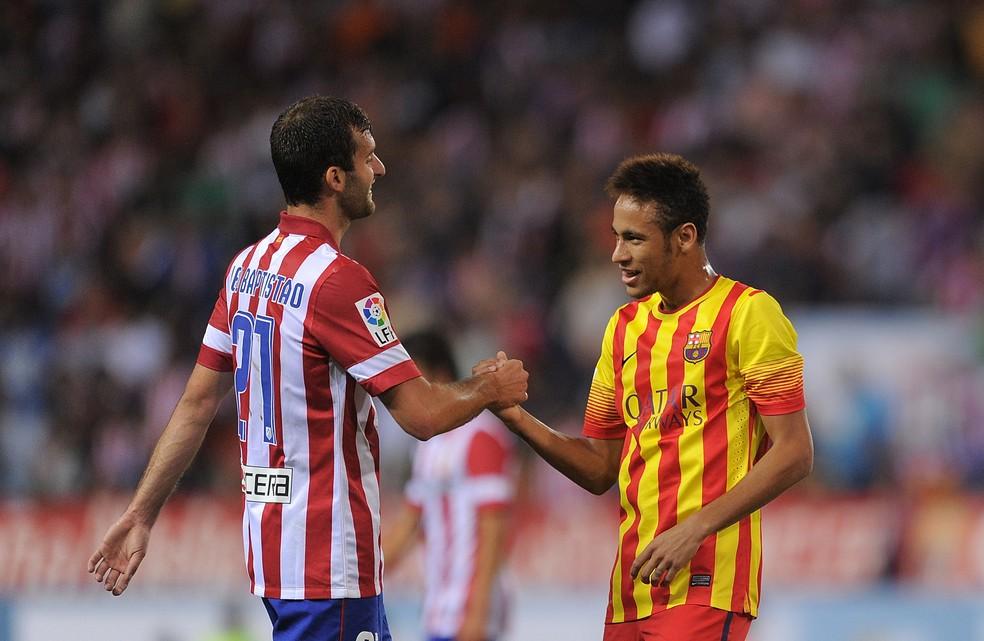 Léo Baptistão, nos tempos de Atlético de Madrid, cumprimenta Neymar, então no Barcelona — Foto: Getty Images