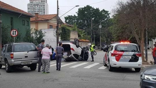 Carro capota após batida em cruzamento na Zona Sul de São Paulo