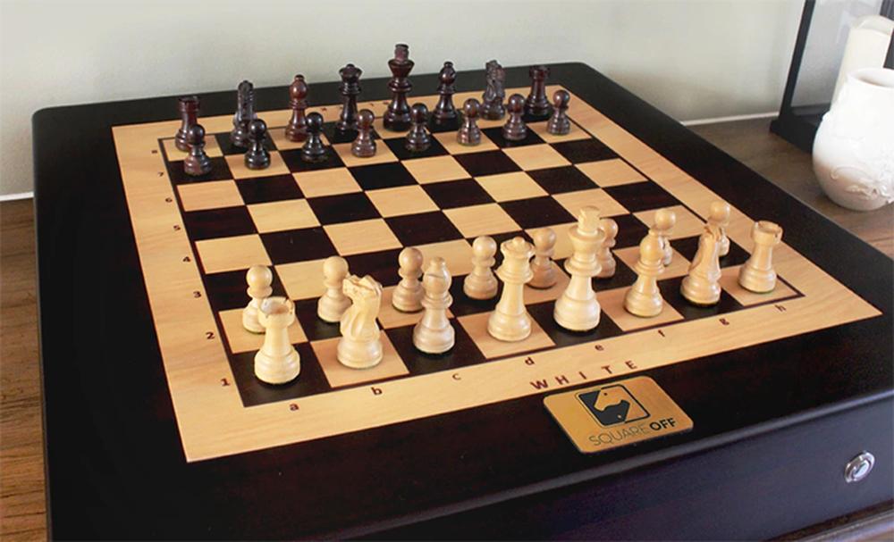 Square Off permite jogar xadrez contra outros jogadores usando tabuleiro e peças reais (Foto: Divulgação/Square Off)