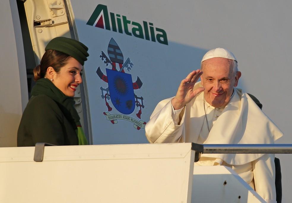 Papa Francisco é visto embarcando para a América do Sul, onde deve visitar o Chile e o Peru (Foto: Max Rossi/Reuters)