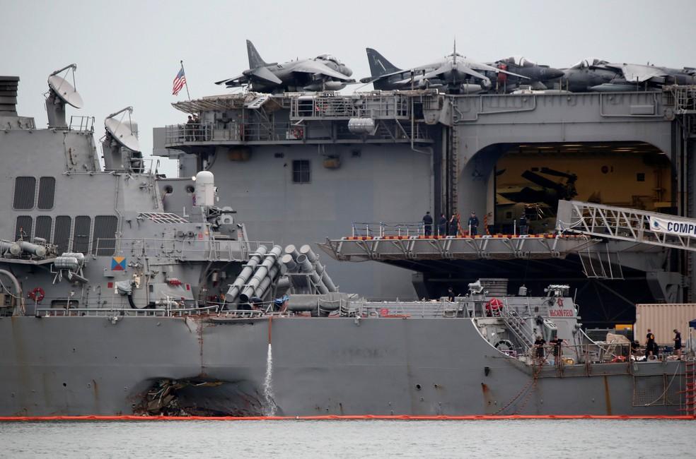 Navio americano USS John McCain, danificado após acidente em águas de Cingapura (Foto: REUTERS/Calvin Wong)