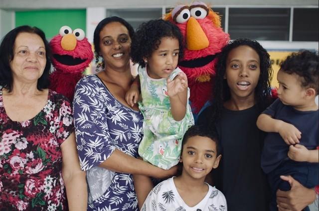 Personagens de Vila Sésamo na casa de uma família em Curicica, Rio de Janeiro (Foto: Fábio Brasil)