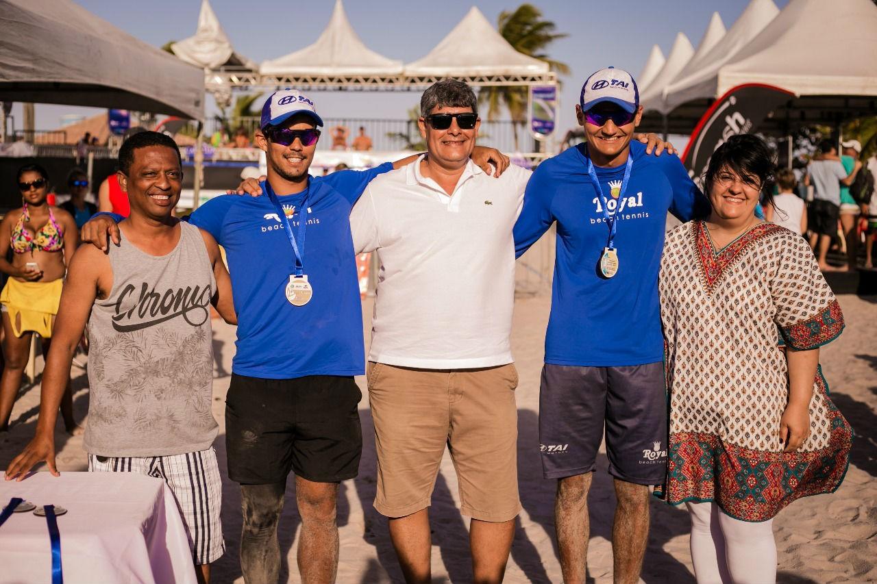 De azul capixabas campeões no masculino e ao centro de branco o prefeito Agnelo Santos, à direita Patrícia Martins, secretário Turismo, Esporte e Lazer de Cabrália