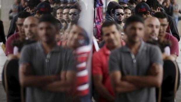 Pessoas fazem fila para se candidatar a vagas em agência de empregos em Brasília - desemprego - emprego - vagas - carteira - crise (Foto: Ueslei Marcelino/Reuters)