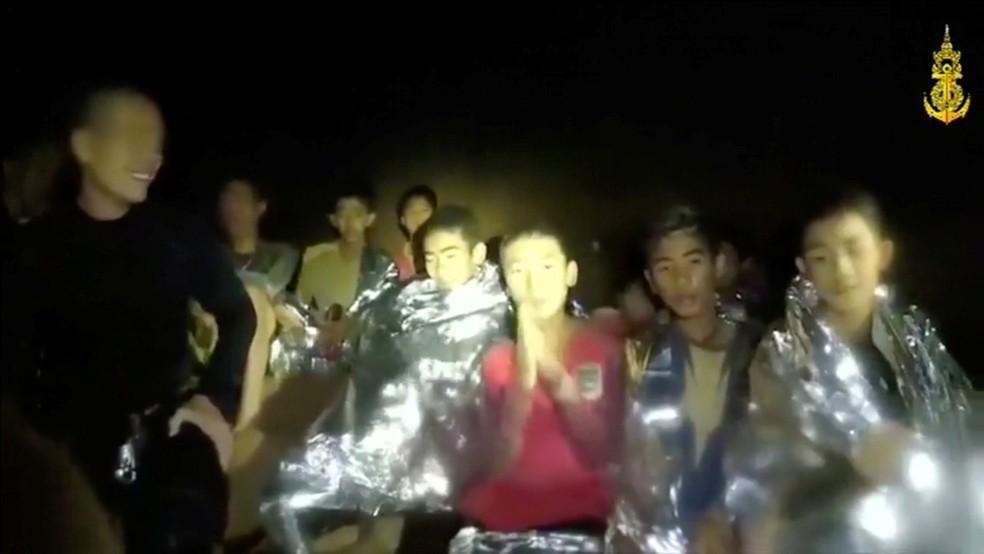 -  Meninos presos em caverna na Tailândia são vistos em frame de vídeo registrado por equipes de resgate  Foto: Thai Navy Seal / Divulgação / via Reuter