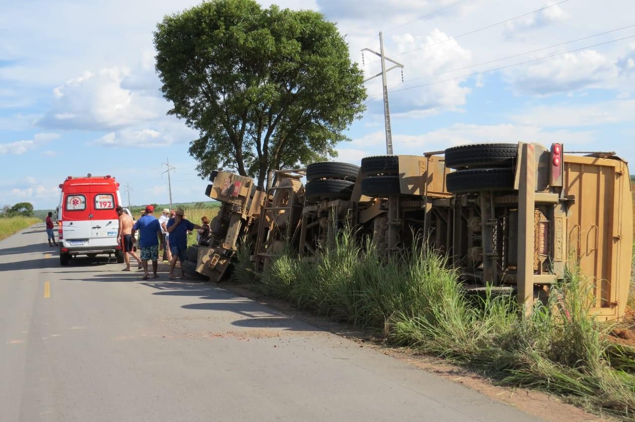 Motorista de carreta fica ferido após veículo tombar em rodovia do oeste da Bahia