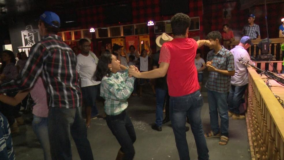 Alunos da Apae tiveram a oportunidade de dançar e se divertirem em uma boate (Foto: Marco Bernardi/G1)