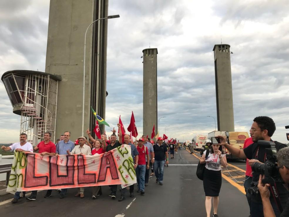 Ponte do Guaíba foi bloqueada durante a caminhada que teve participação de lideranças do PT como Gleisi Hoffmann, presidente da legenda (Foto: Bernardo Bortolotto/RBS TV)