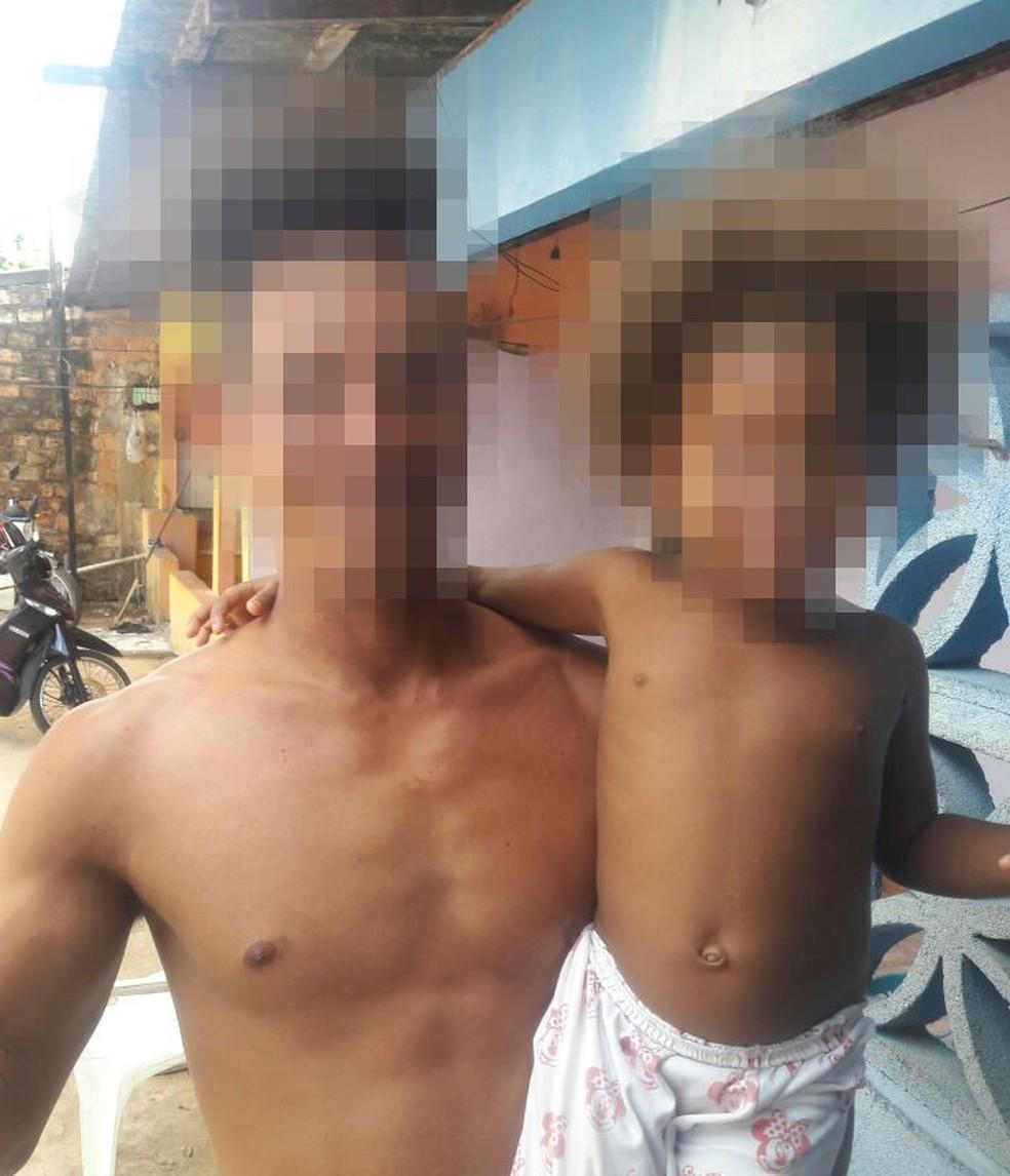 -  Imagem mostra pai e filha semanas antes do incêndio. Eles vivem com outros 11 venezuelanos em uma casa cedida no bairro Mecejana, zona Oeste de Boa V
