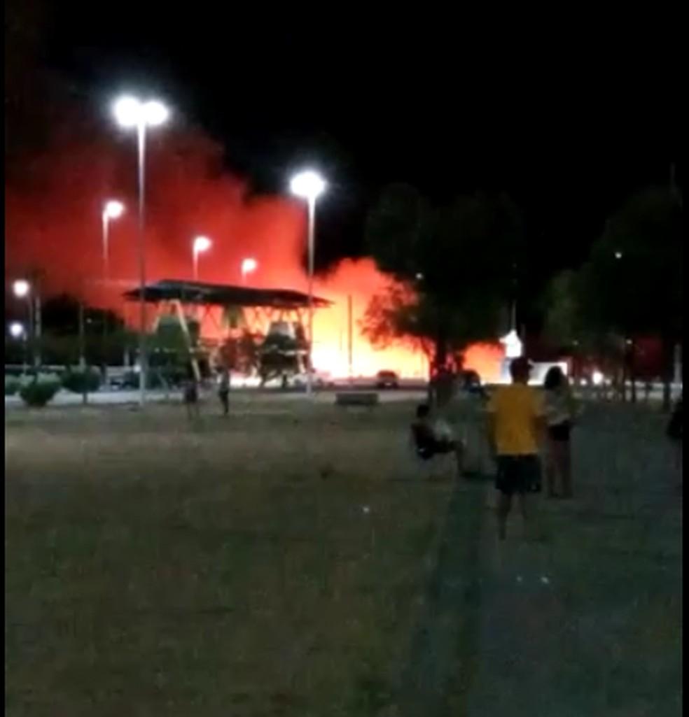 Incêndio na Ilha de Santana, em Caicó, no Seridó potiguar — Foto: Reprodução