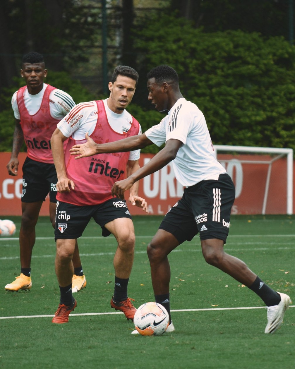 Hernanes treinou durante todo o tempo na atividade desta segunda-feira no São Paulo — Foto: Erico Leonan / saopaulofc.net