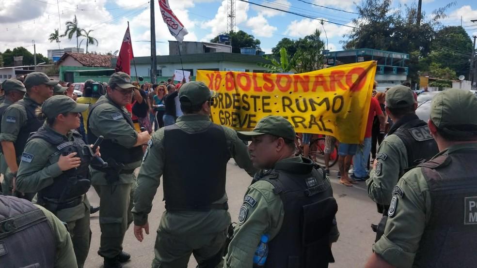 Polícia Militar intervém em manifestação contra Bolsonaro em frente ao local da reunião onde o presidente estava — Foto: Wanessa Andrade/GloboNews