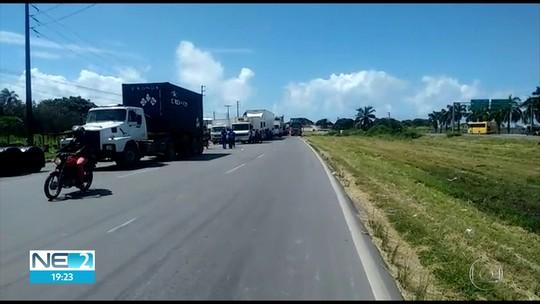 Caminhoneiros fazem protesto contra aumento do diesel no Grande Recife