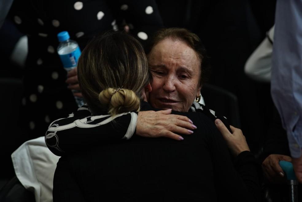 Mãe de Gugu, Maria Moraes, abraça a nora, Rose Di Matteo, no velório do apresentador na Alesp — Foto: Marcelo Brandt/G1
