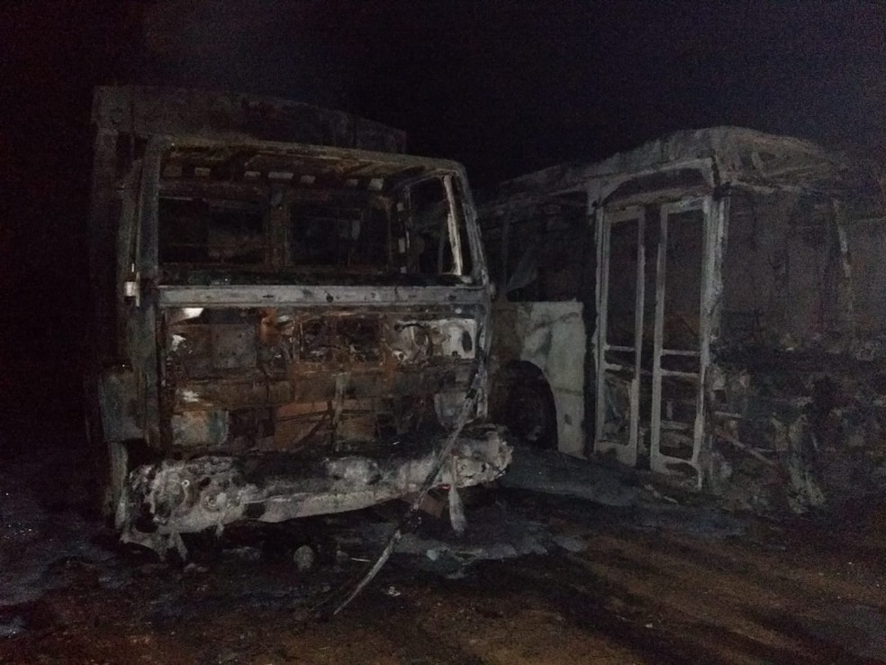 Suspeito disse que queria queimar somente o ônibus, mas as chamas acabaram se espalhando para o caminhão.  — Foto: Deyves / Portal Fala Piauí