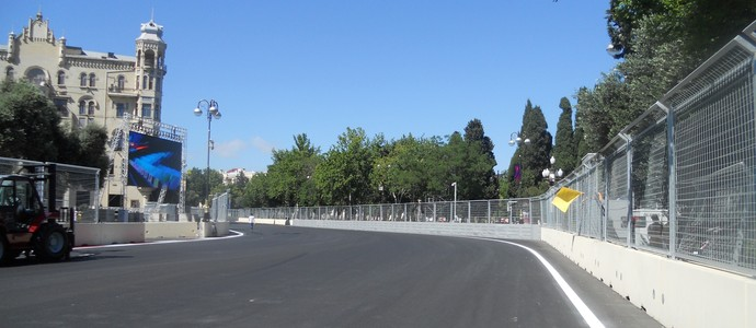 Curva 18, um pouco mais fechada que a 17, mas ainda assim percorrida de pé em baixo Circuito de Baku, Azerbaijão - Fórmula 1 (Foto: Livio Oricchio)