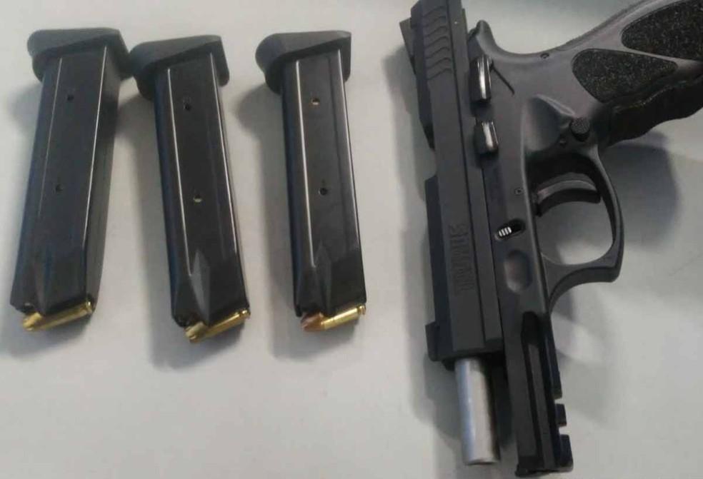 Sargento da Marinha foi detido após atirar dentro e casa com pistola calíbre 380. — Foto: Divulgação/Polícia Militar