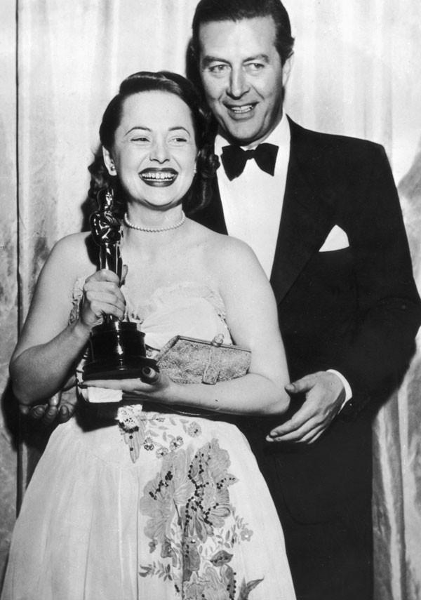 Olivia de Havilland ao receber o Oscar em 1946 (Foto: Getty Images)