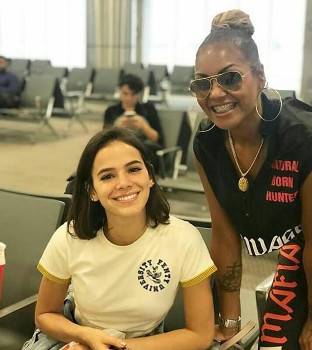 Bruna Marquezine posa com fã em aeroporto (Foto: Reprodução Instagram)