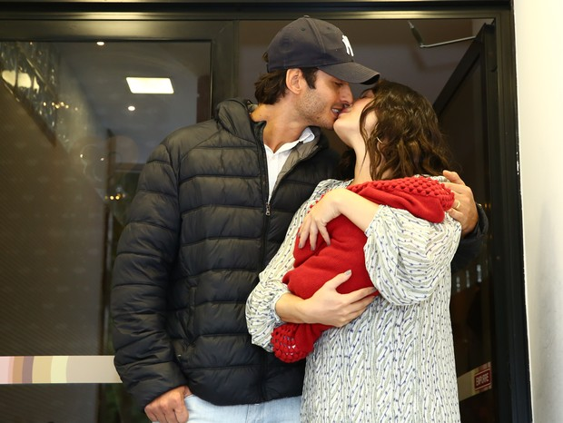 Isis Valverde, Andre and his son Rael - Actress Isis Valverde leaves the Prenatal clinic after the birth of his first child, Rael, in the southern district of Rio de Janeiro, RJ, at Laranjeiras. (11/20/18) Photo: Roberto Filho / Brazil News. (Photo: Roberto Filho / Brazil News)
