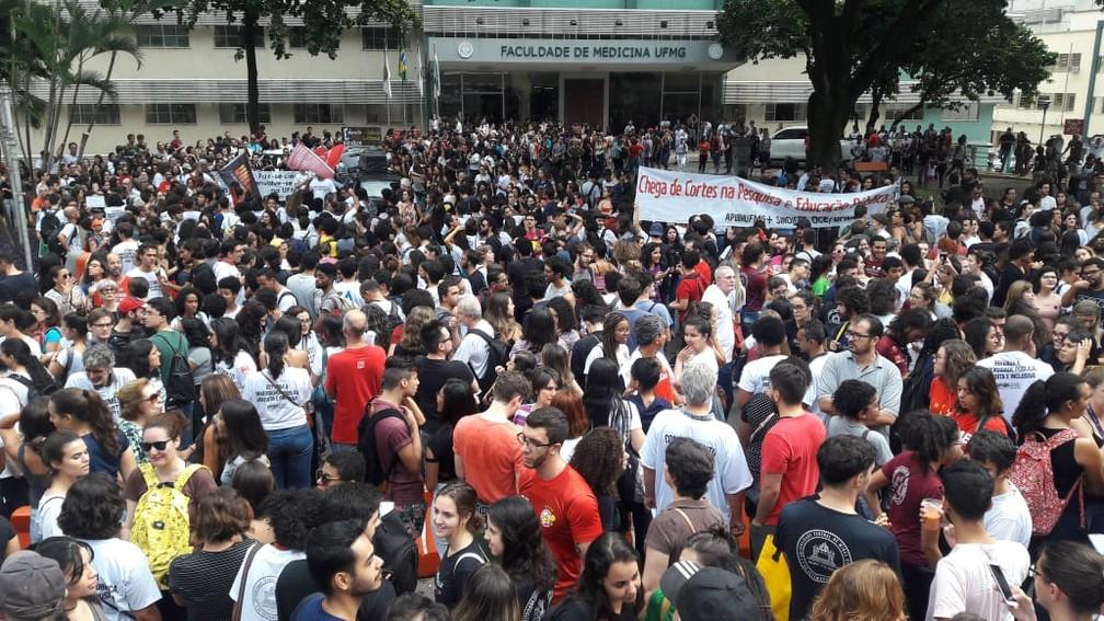 Estudantes da UFMG fazem manifestação em frente à Faculdade de Medicina, na Região Hospitalar de BH. — Foto: Gustavo Pimentel/TV Globo