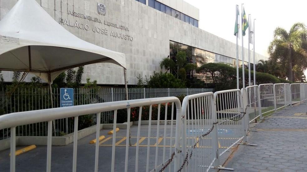 Assembleia Legislativa amanheceu cercada de grades no dia da retomada dos trabalhos legislativos (Foto: Cleildo Azevedo/Inter TV Cabugi)