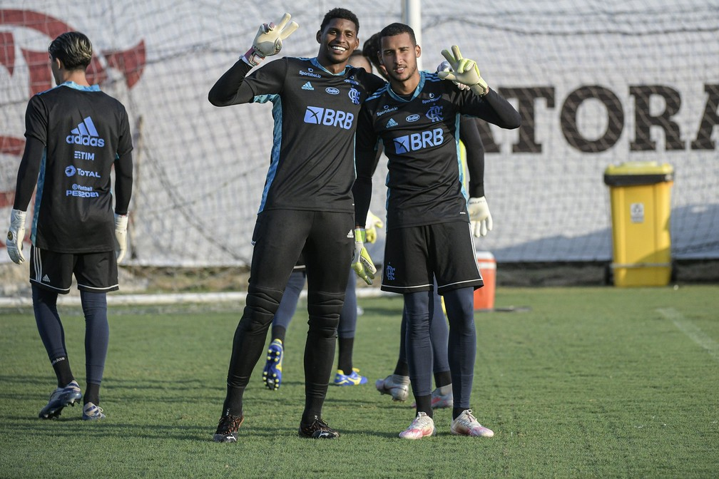Gabriel Batista e Hugo Souza juntos em treino do Flamengo — Foto: Alexandre Vidal / Flamengo