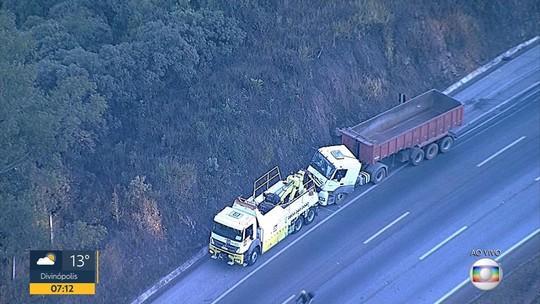 Acidente entre carro e caminhão prejudica o trânsito na BR-040, em Nova Lima