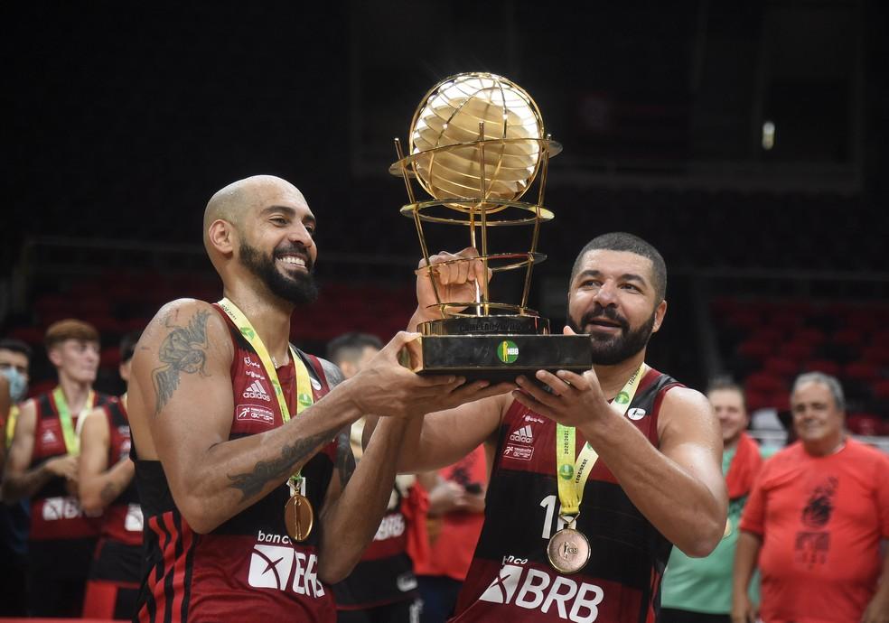 Marquinhos e Olivinha com a taça do NBB 2021 — Foto: André Durão