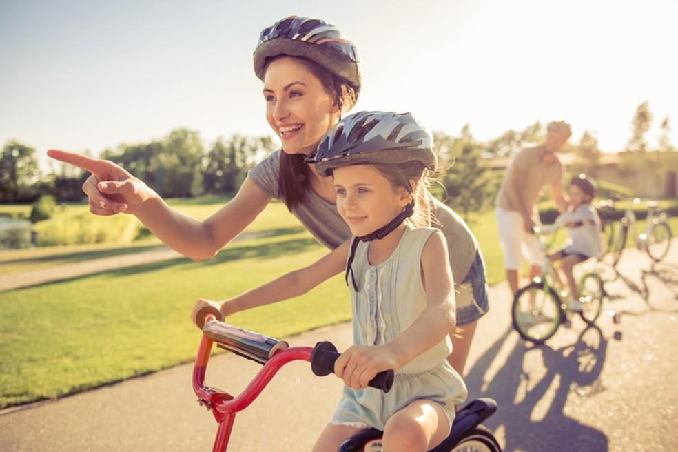 Quem pratica as atividades físicas vai servir de espelho para a família — Foto: iStock