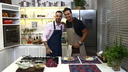 Raphael Vianna ensina a fazer salada com frango e farofa no 'Tá na Mesa'