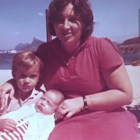 Paulo Gustavo com a mãe, Déa Lúcia, e a irmã, Juliana, em Niterói (Foto: Reprodução/Instagram @nictheroynopassado)