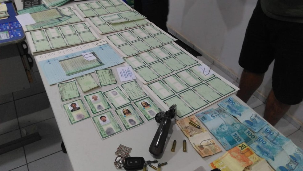 cd50910350c8 ... Dupla é presa com 143 cédulas para falsificação de documentos falsos e  uma arma de fogo