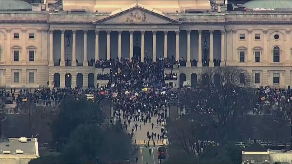 Manifestantes pró-Trump invadem o Capitólio dos EUA em 6 de janeiro de 2021 — Foto: Reprodução/GloboNews