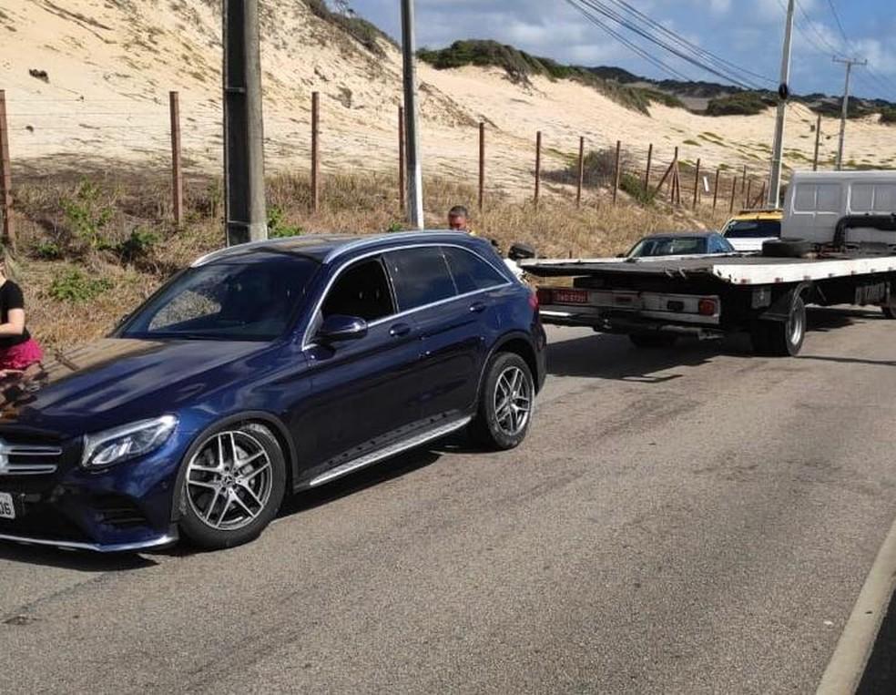 Motorista com sinais de embriaguez bate o carro na Via Costeira, em Natal — Foto: Cedida