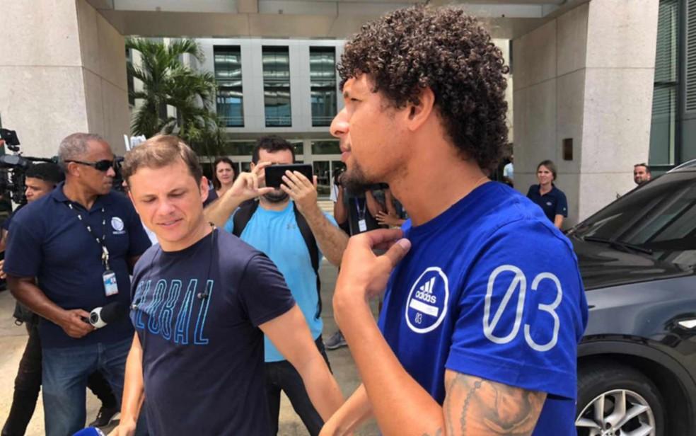 O jogador do time principal do Flamengo William Arão chega para visitar o atleta Cauan, sobrevivente do incêndio no Ninho do Urubu — Foto: Carlos Brito/G1