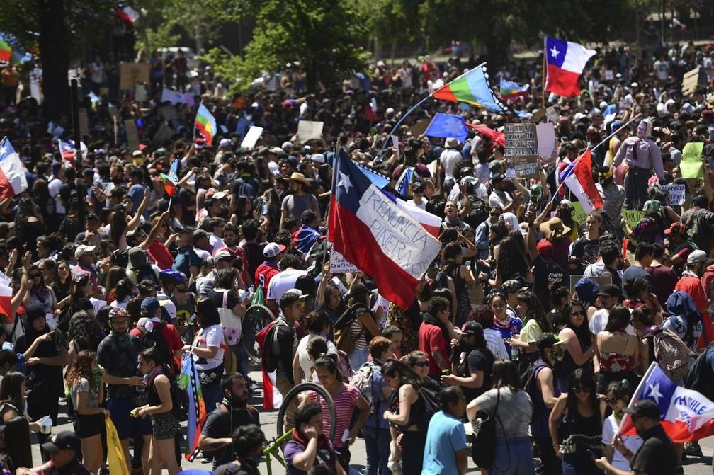 Manifestantes ocupam as ruas de Santiago nesta quinta-feira (24), mais um dia de manifestações no Chile — Foto: Martin Bernetti/AFP