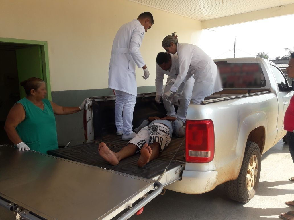 Vítima de acidente é levada para hospital em carroceria de carro após demora do Samu no interior do AC