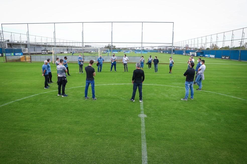 Reunião feita pelo Grêmio em um dos gramados do CT — Foto: Lucas Uebel/Grêmio